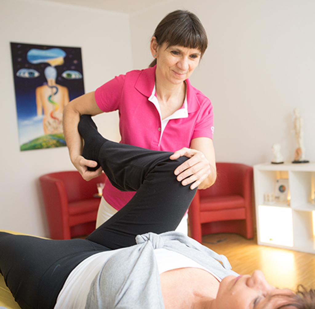 Manuelle Therapie einer Patientin in der Praxis für Naturheilkunde Groterhorst